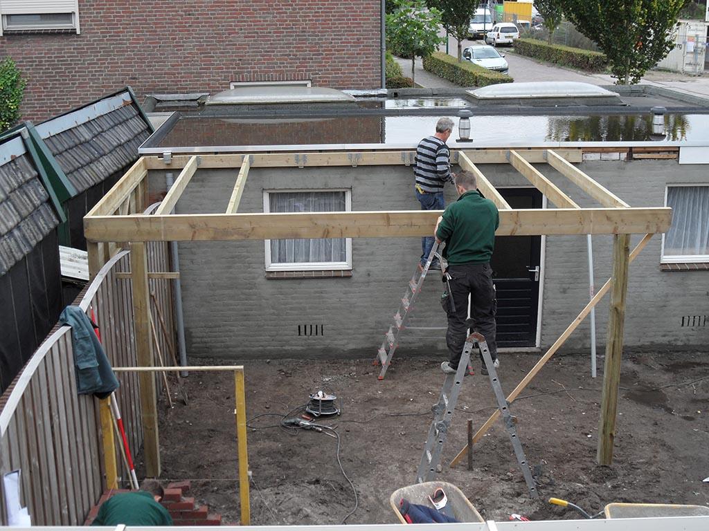 Keramische tegels aanleg achtertuin in loon op zand - Tuinuitleg met kiezelstenen ...