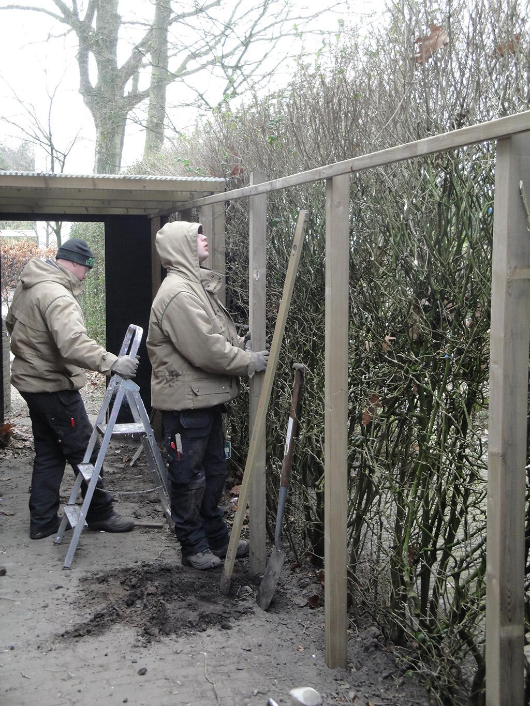 plaatsen houten frame voor wilgenschermen, deze geven een natuurlijke ...