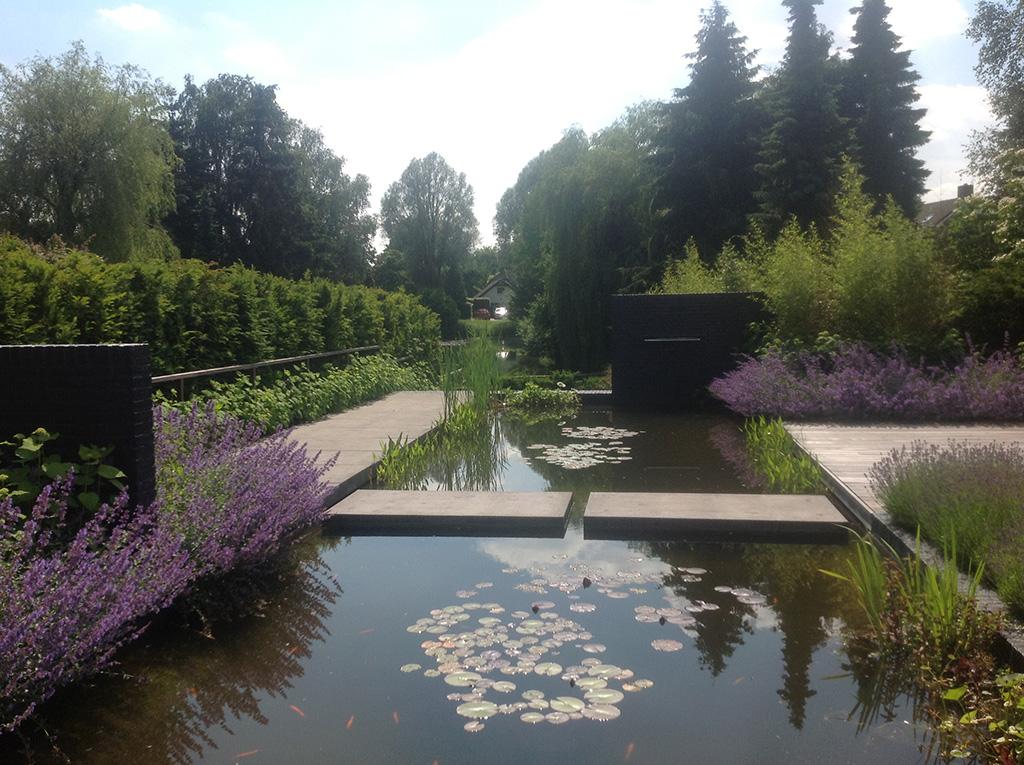 Keramische tegels moderne strakke tuin aanleggen tilburg for Waterval vijver aanleggen